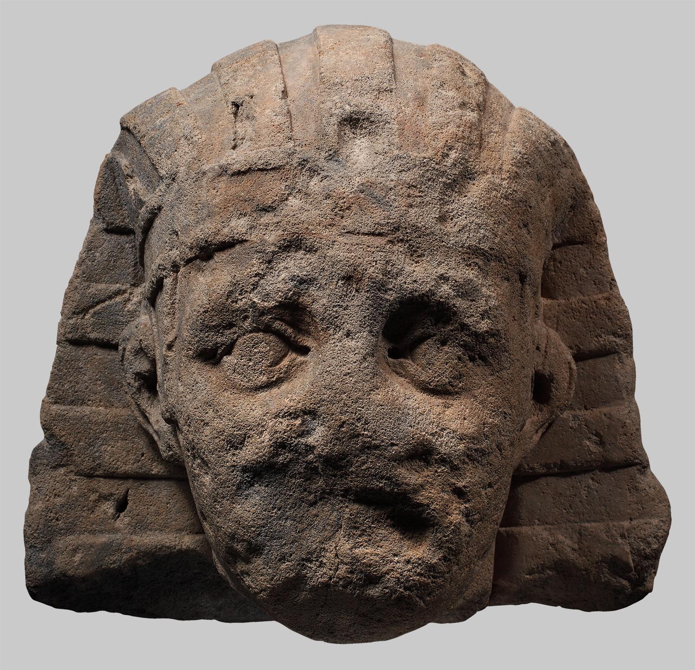 Kopf einer Statue im Pharaonengewand (?)