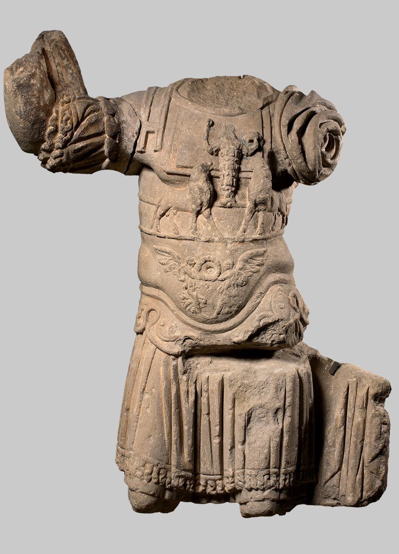 Panzerstatue mit Relief des Jupiter Heliopolitanus