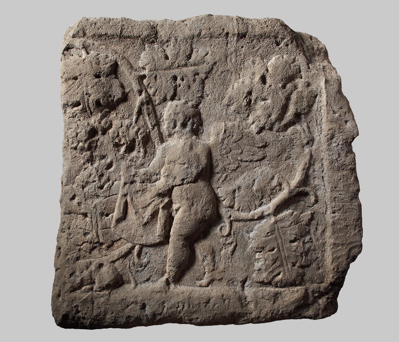 Platte mit Relief eines Eroten bei der Weinlese