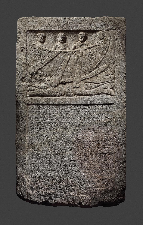 Grabstele der Augustania Cassia Marcia und deren Sohn Marcus Antonius Augustanius Philetus