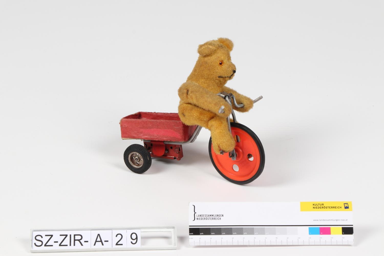 Bär auf Dreirad