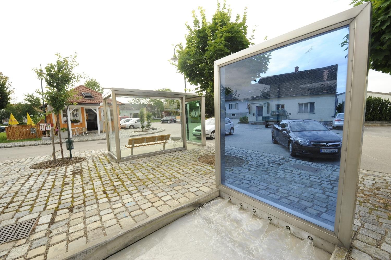 Wartebox und Brunnen in Mittergrabern